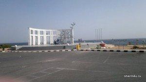 Пляж Эль Фанар в Шарм-эль-Шейхе: памятник погибшим в авиакатастрофе