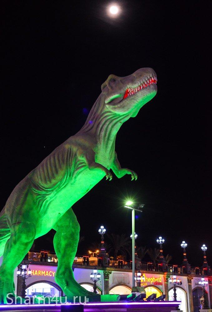 Динозавр в парке Голливуд в Шарме